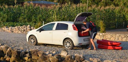 Kayak point 65 en maletero de vehículo